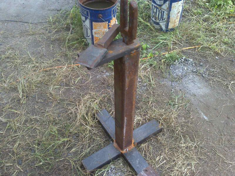 Hardy stands, handy solution for keeping your anvil clear for quick hammering.